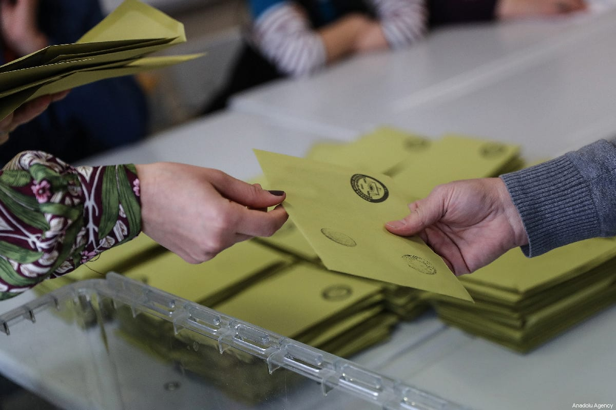 Scrutineers count votes following the local elections in Istanbul, Turkey on 31 March 2019 [Arif Hüdaverdi Yaman/Anadolu Agency]