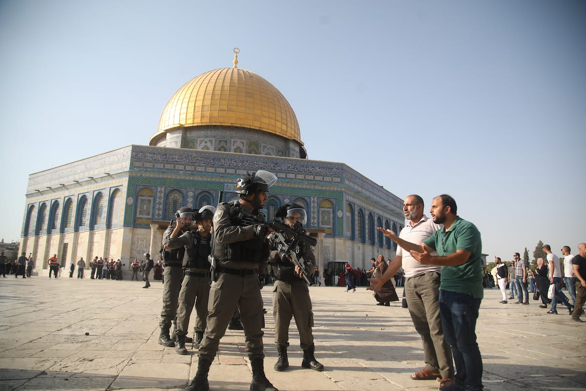 Israeli forces stand off against Palestinians as they enter the Al Aqsa Mosque following the removal of Israeli security measures near the entrances to Al Aqsa Mosque Compound in Jerusalem, on July 27, 2017 [Mostafa Alkharouf / Anadolu Agency]