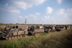 Israeli military reinforcements can be seen heading to the Gaza-Israel fence on 28 March 2019 [MiddleEastMonitor]