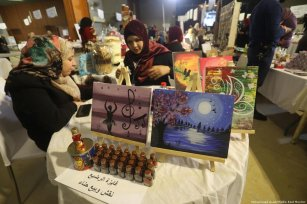 """Palestinian women can be seen selling jewellery, clothes, food, tapestries and henna at Gaza shopping exhibition """"Made with our hands"""" on 2 April 2019 [Mohammed Asad/Middle East Monitor]"""
