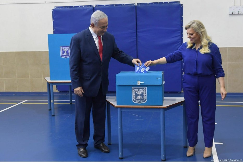 Israeli Prime Minister Benjamin Netanyahu (L) and his wife Sara (R) cast their votes during Israel's parliamentary elections at Paula Ben Gurion School in Jerusalem, on 9 April 2019 [Haim Zach/GPO/Handout/Anadolu Agency]