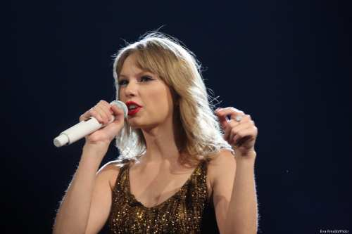 US artist Taylor Swift performing during her stadium tour on 19 March 2012 [Eva Rinaldi/Flickr]