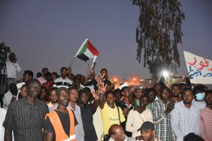 Sudanese demonstrators gather in front of military headquarters during a demonstration after The Sudanese Professionals Association's (SPA) call, demanding a civilian transition government, in Khartoum, Sudan on April 21, 2019 [Ömer Erdem / Anadolu Agency]
