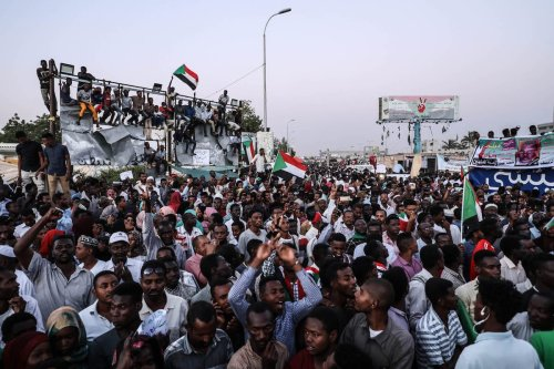 Sudanese demonstrators gather in front of military headquarters during a demonstration after The Sudanese Professionals Association's (SPA) call, demanding a civilian transition government, in Khartoum, Sudan on April 21, 2019 [Mahmoud Hjaj / Anadolu Agency]