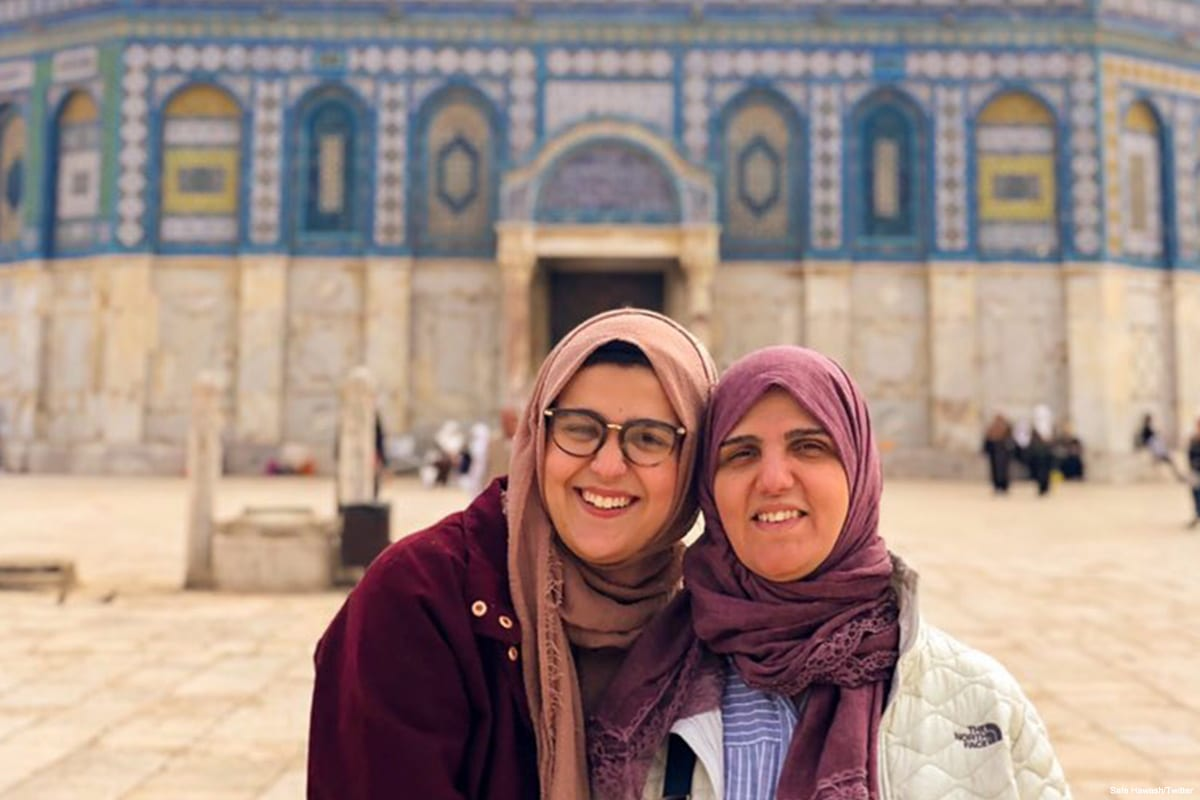 Safa Hawash and her mother during her Spring Break vacation in Jerusalem, taking a picture in front of Al-Aqsa Mosque in April 2019 [Safa Hawash/Twitter]