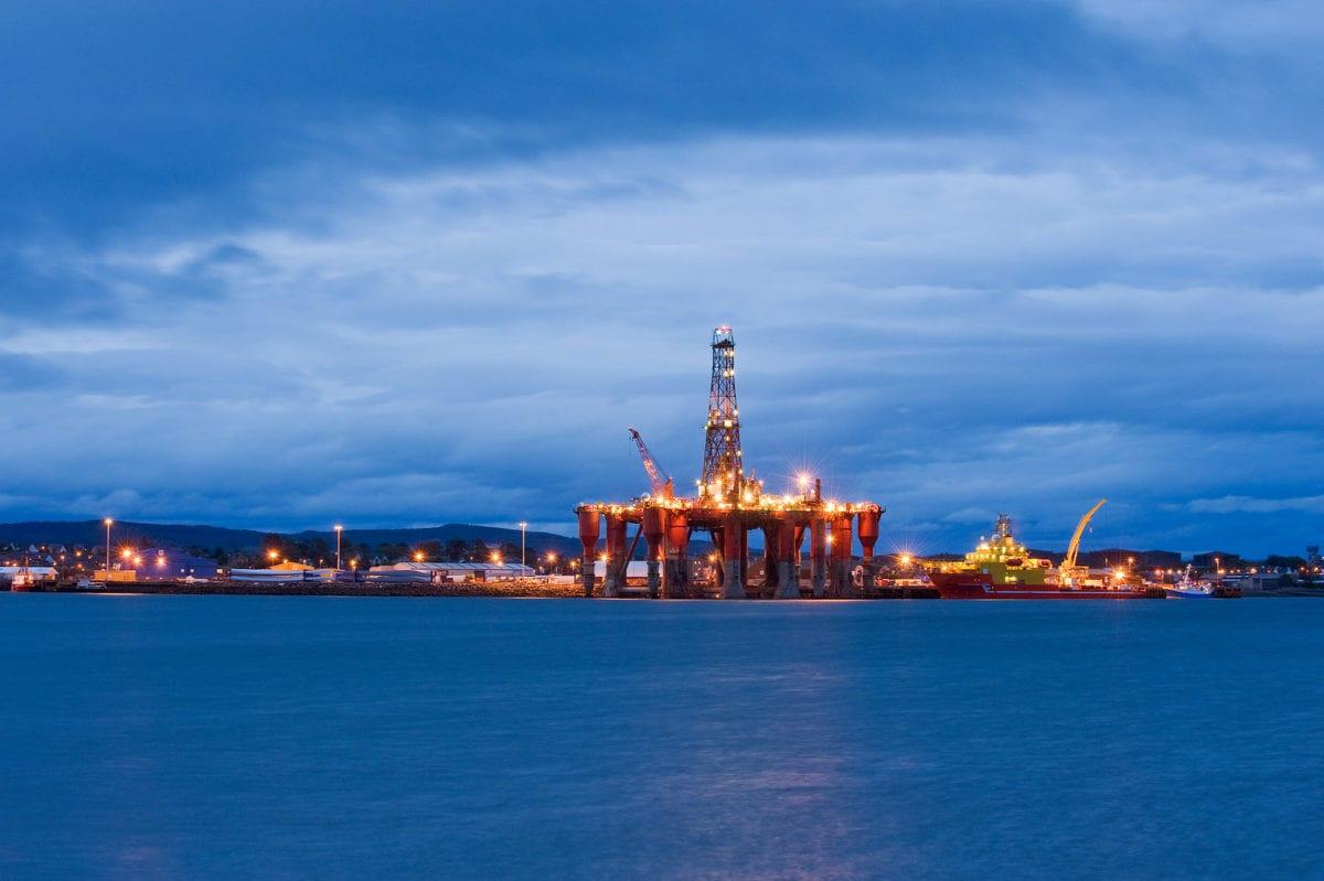 Oil rigs, North Sea oil, Scotland, UK [Berardo62-Flickr]