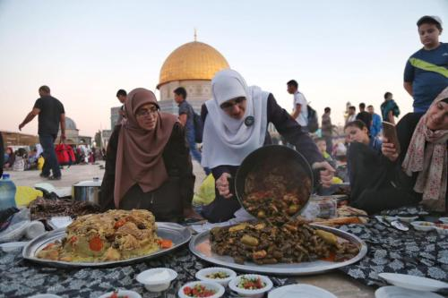 Palestinian women prepare food for those staying at the Al-Aqsa Mosque compound [Nasser Atta/Twitter]
