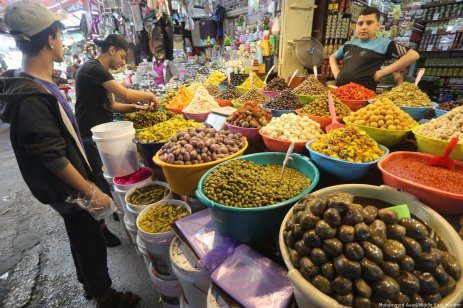 Palestinians head to the markets to ready themselves for Ramadan in Gaza on 7 May 2019 [Mohammed Asad/Middle East Monitor]