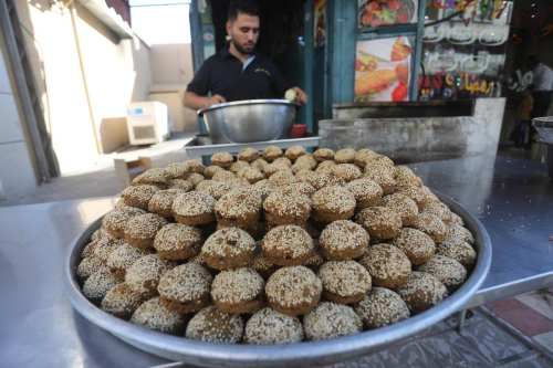 Palestinians prepare homous and falafel for iftar on 19 May 2019 [Mohammed Asad/Middle East Monitor]