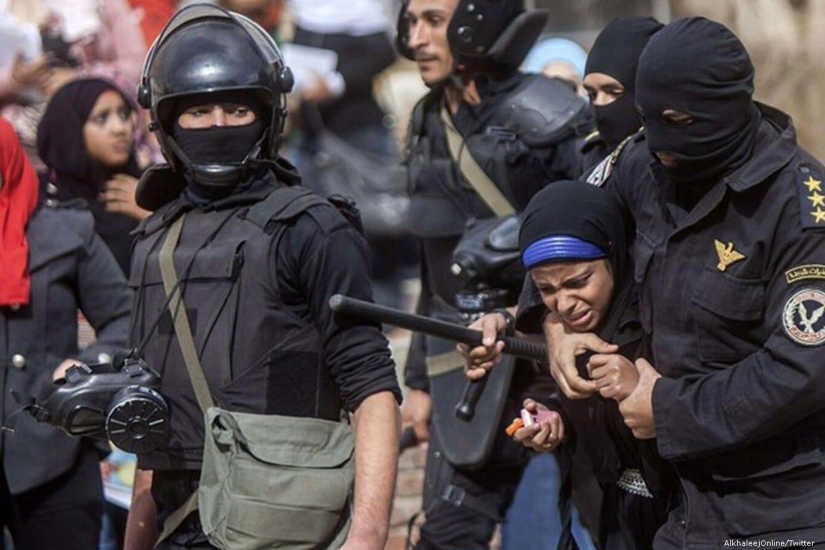 Egyptian forces brutally arrest an Egyptian women [AlkhaleejOnline/Twitter ]