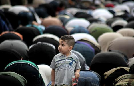 Palestinians perform the morning prayer of Eid al-Fitr holiday which marks the end of the Muslim holy month of Ramadan, in the northern Gaza Strip, on 5 June, 2019 [Ramez Haboub/Apaimages]