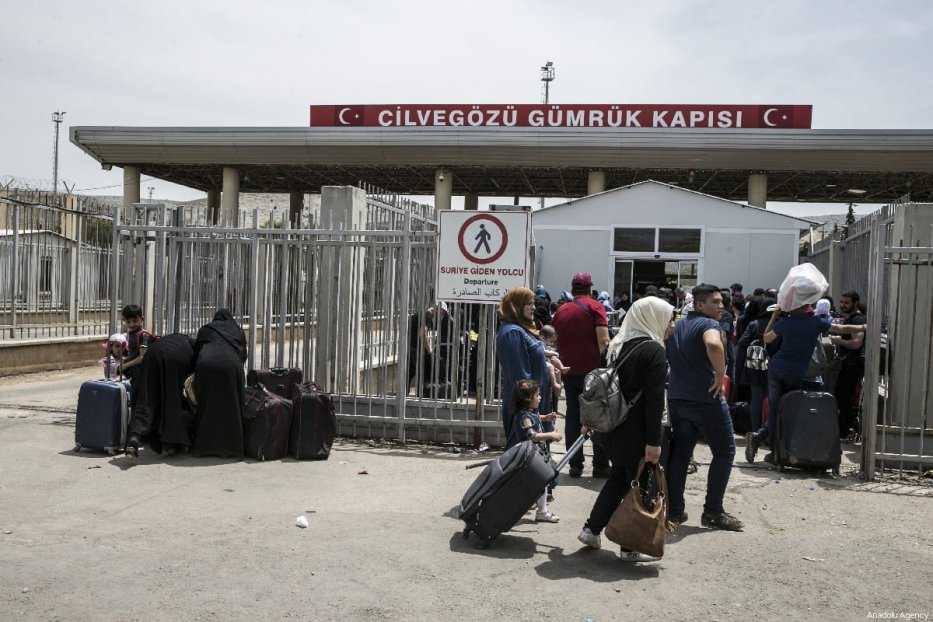 Syrians pass through Cilvegozu border gate to reach her hometowns ahead of Eid al-fitr, in Reyhanli, Hatay on May 31, 2019. [Cem Genco - Anadolu Agency]
