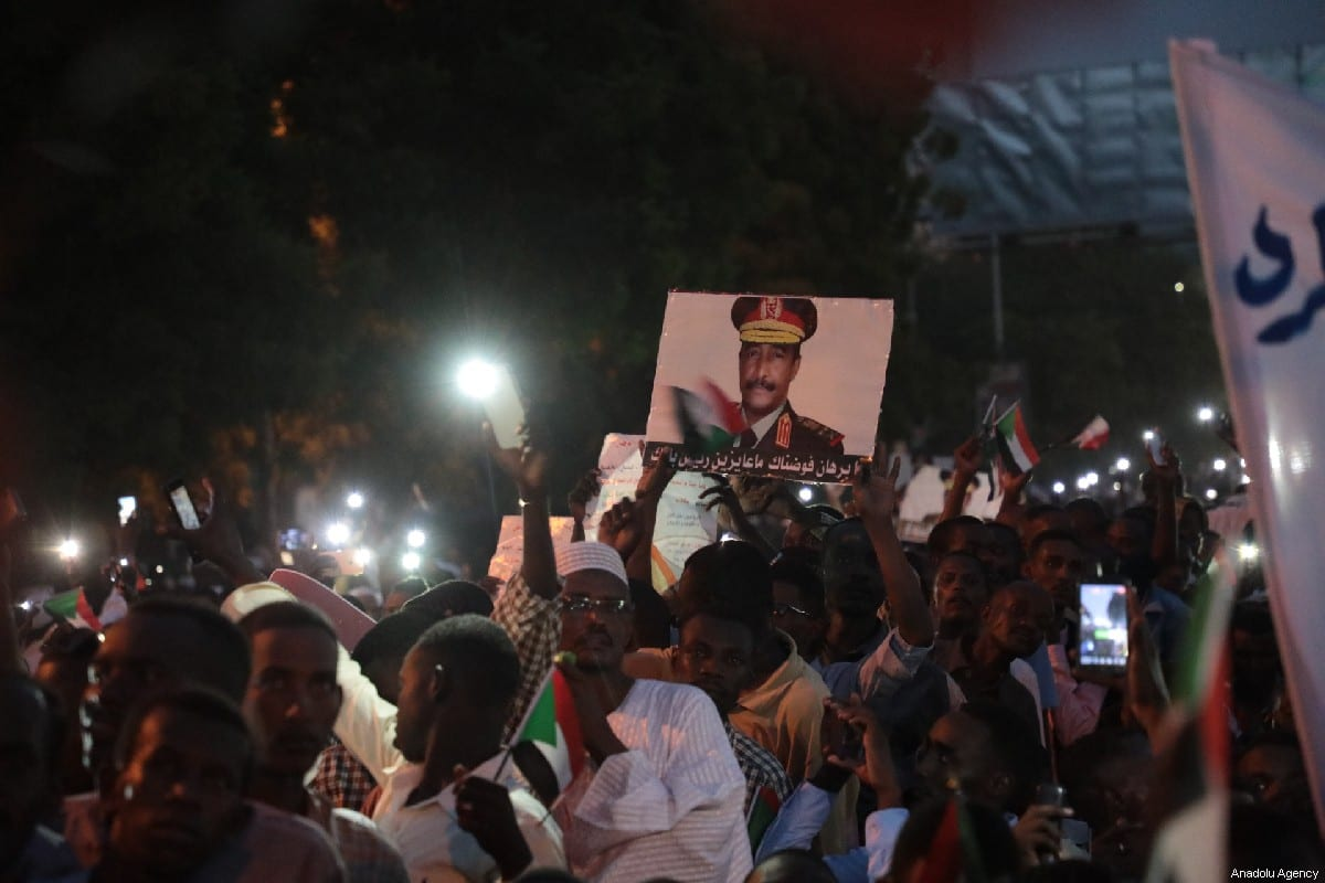 Sudanese people seen attending a march to demonstrate in support of transitional military council in front of presidential palace in Khartoum, Sudan on May 31, 2019 [Mahmoud Hjaj / Anadolu Agency]