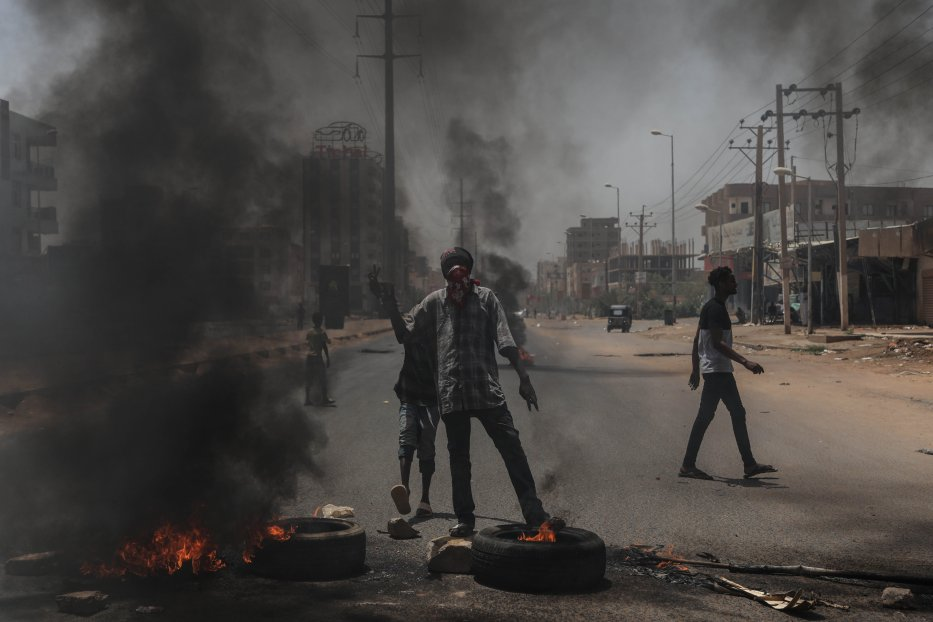 Sudanese protesters burn tyres and set up barricades on roads leading to the army headquarters after the army began attacking demonstrators in Khartoum, Sudan on 3 June 2019 [Stringer/Anadolu Agency]
