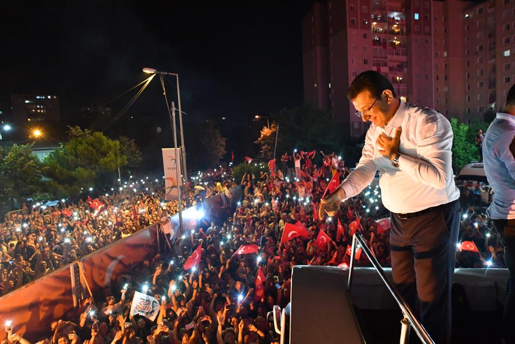 Republican People Party (CHP)'s mayoral candidate for Istanbul, Ekrem Imamoglu greets the crowd at Beylikduzu Cumhuriyet Square as unofficial results are announced after rerun mayoral race in Istanbul, Turkey on 23 June 2019. [EKREM IMAMOGLU COMMUNICATION OFFICE / HANDOUT - Anadolu Agency]