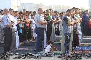 "Muslims gather to perform the Eid Al-Adha (Feast of the Sacrifice) prayer at the site of the ""Great March of Return"" demonstrations were held in Gaza City, Gaza on 11 August 2019. [Mohammed Asad - Middle East Monitor]"