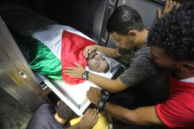 Israeli military fires on Palestinians at Gaza fence, 3 killed [Mohammed Asad/Middle East Monitor]