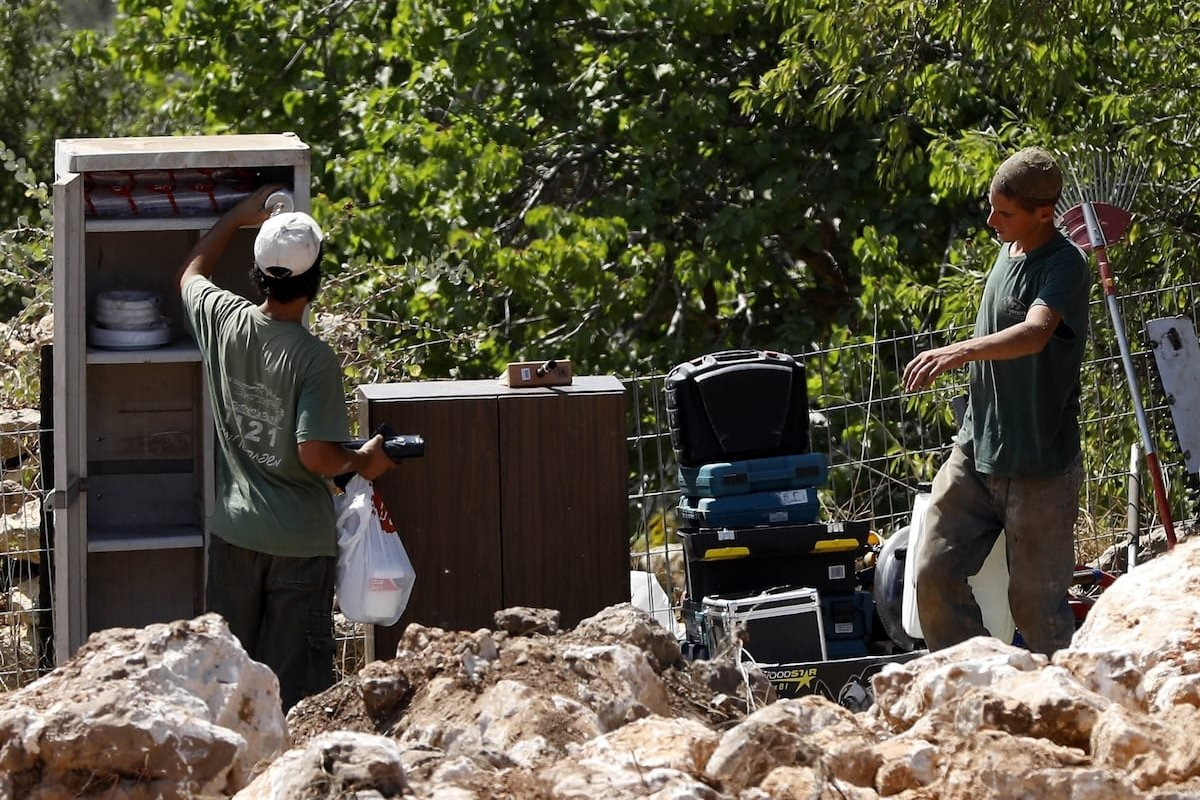 Jewish settlers surround an agricultural field of Palestinians' after seizing it to start an illegal construction at Beit Jala neighborhood in Bethlehem, West Bank on 3 September 2019. [Wisam Hashlamoun - Anadolu Agency]
