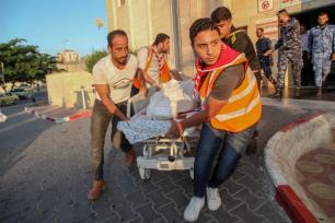 Palestinian medics carry the dead body fo Ali Sami Aska Al-Ashqar who was killed by Israeli forces during the Great March of Return' demonstration at the Gaza Border, to Indonesian hospital in Beit Lahia, Gaza on 6 September 2019. [Ramez Habboub - Anadolu Agency]