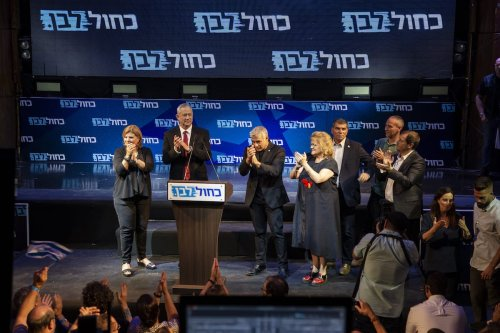 Leader of the Blue and White political alliance, former chief of staff of the Israeli army, Benny Gantz (2nd L), Yair Lapid (3rd L) and Gabi Ashkenazi (3rd R) attend the final stage of his election campaign in Tel Aviv, Israel, 15 September 2019. [Faiz Abu Rmeleh - Anadolu Agency]