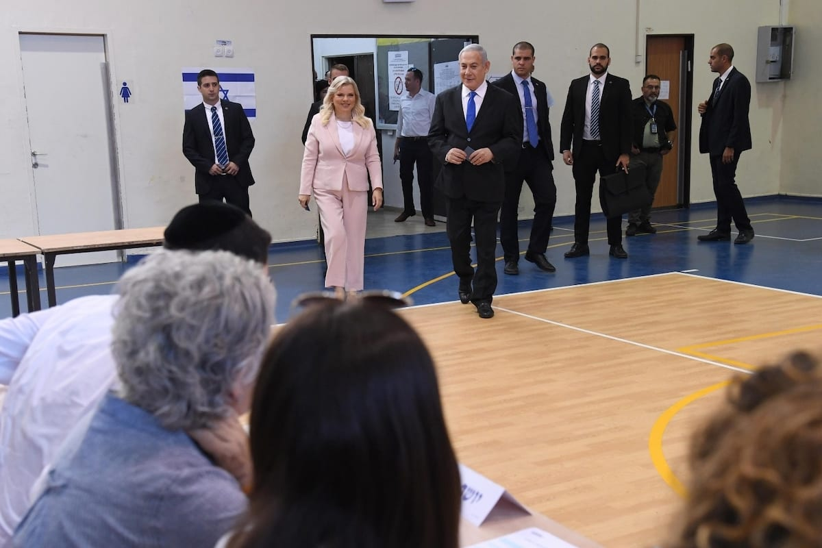 Israeli Prime Minister, leader of Likud Party Benjamin Netanyahu (R) and his wife Sara Netanyahu (L) cast their votes during the Israeli legislative elections, at a polling station in Jerusalem, on 17 September 2019. [HAIM ZACH / GPO / HANDOUT - Anadolu Agency]