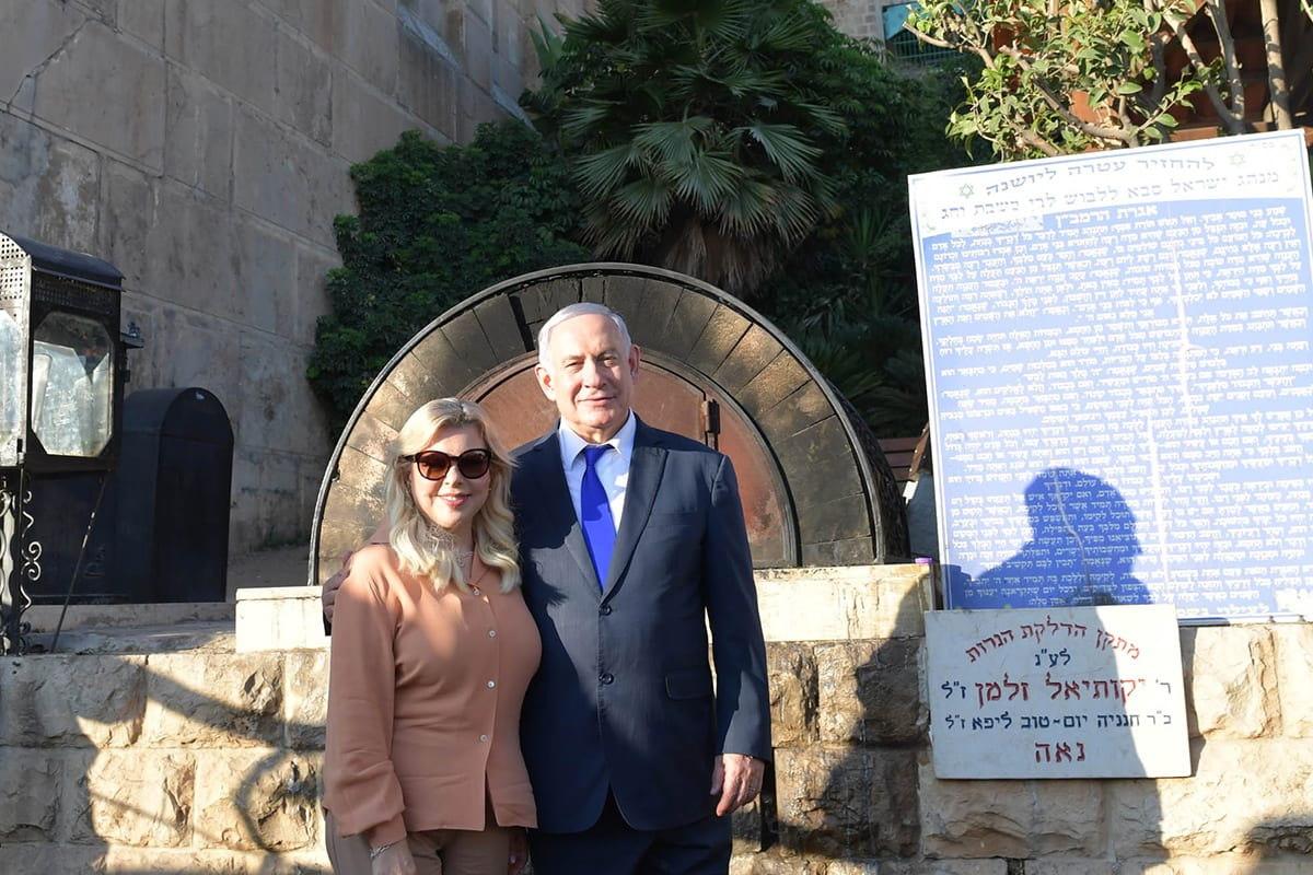 Israeli Prime Minister Benjamin Netanyahu (R) and his wife Sara Netanyahu visit Ibrahimi Mosque in Hebron, West Bank on 4 September 2019 [Kobi Gideon/Anadolu Agency]