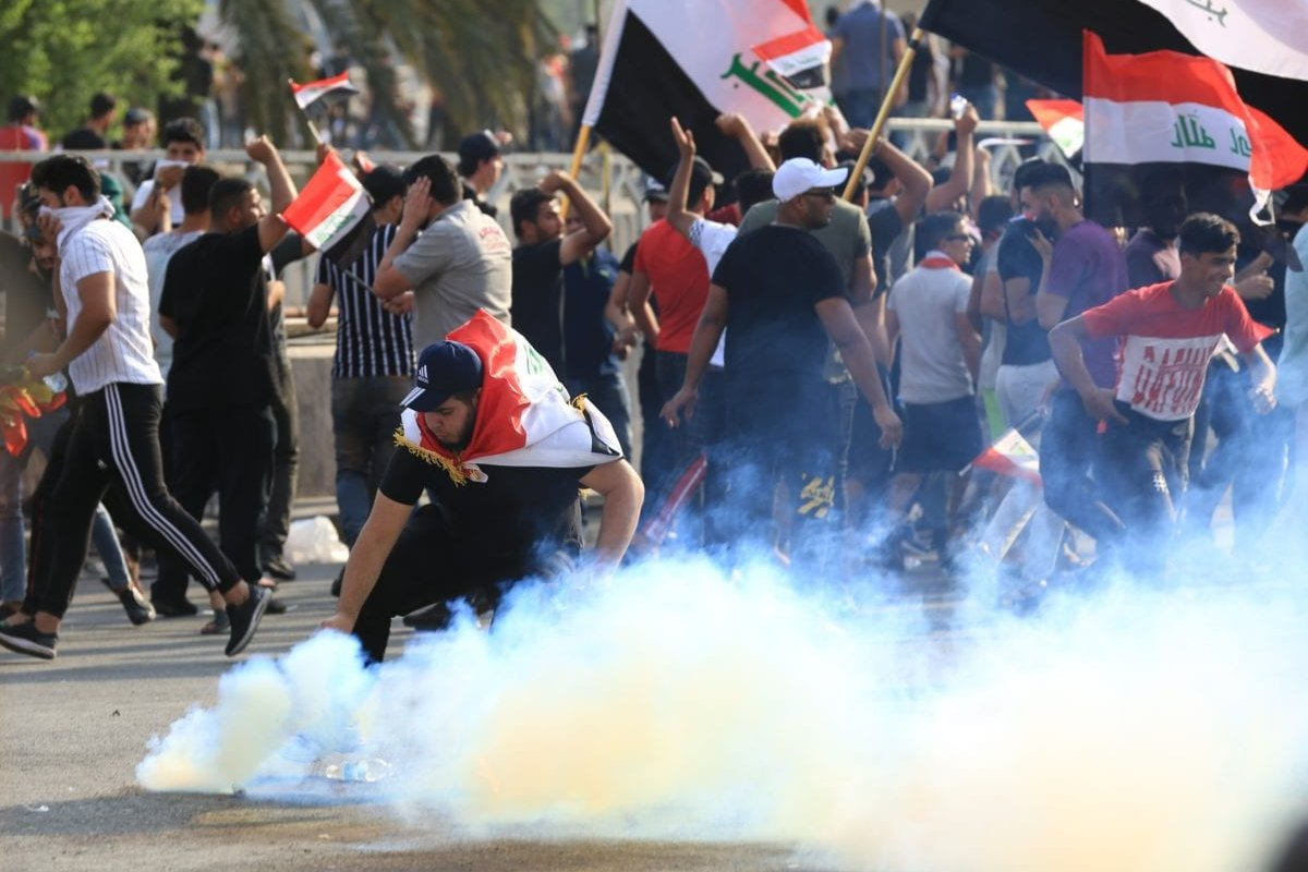 Iraqi demonstrators try to enter Green Zone as they gather for a demonstration against Iraqi government in Baghdad, Iraq on 1 October, 2019 [Murtadha Sudani/Anadolu Agency]