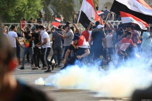 Iraqi demonstrators try to enter Green Zone as they gather for a demonstration against Iraqi government in Baghdad, Iraq on October 01, 2019 [Murtadha Sudani / Anadolu Agency]
