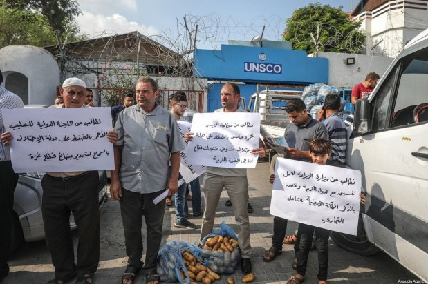 Palestinian farmers gather in front of the United Nations (UN) Food and Agriculture Organization building, as they stage a demonstration demanding to sell their products in the West Bank [Ali Jadallah / Anadolu Agency]