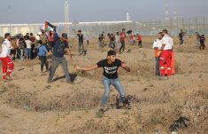 Thousands of Palestinians on Friday flocked to the security fence for the 77th week running to participate in the weekly anti-occupation protests, known as the Great March of Return on 4 October 2019 [Mohammed Asad/Middle East Monitor]