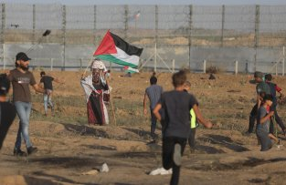 Hundreds of Palestinians in the Gaza Strip huddled together at the Israeli security fence to take part in the 79th consecutive Friday of weekly anti-occupation protests known as the Great March of Return on 18 October 2019 [Mohammed Asad/Middle East Monitor]