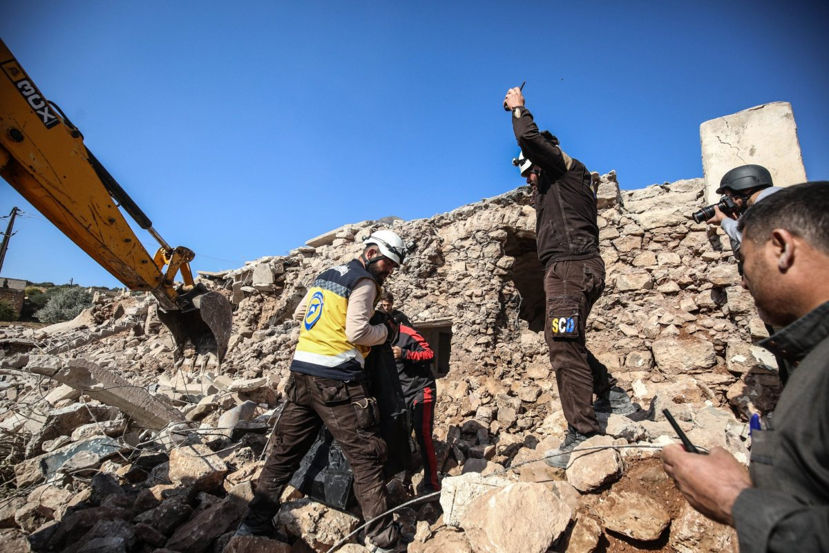 Civil defence members and civilians conduct search and rescue operation among the debris of houses and area after the Assad regime and Russia carried out airstrikes over Mellace town in Idlib, Syria on 17 November, 2019 [Izeddin Idilbi/Anadolu Agency]