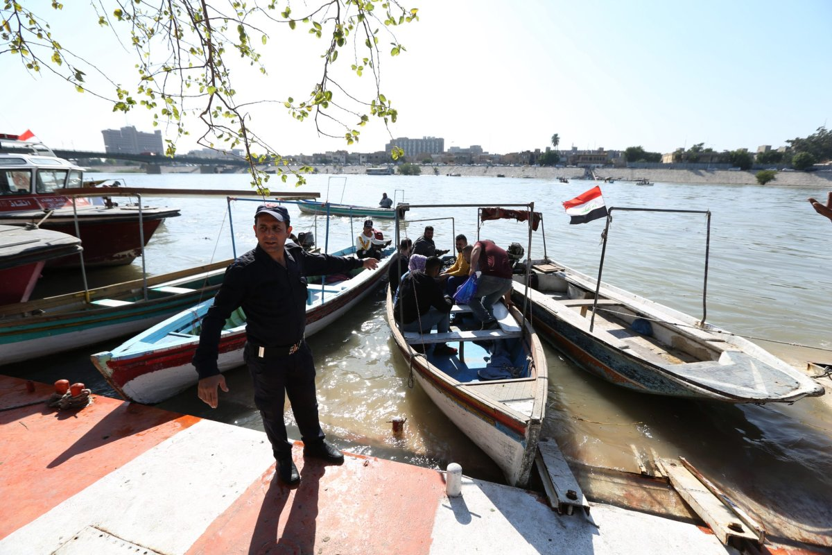 Iraqi employees in Baghdad city start use boats to cross to the opposite shore for going to their workplaces, as the bridges on the Tigris River were closed due to the ongoing anti-government demonstrations, in Baghdad, Iraq on 18 November, 2019 [Murtadha Sudani/Anadolu Agency]
