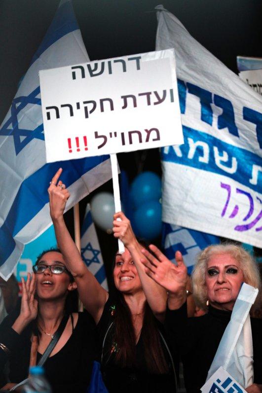 Israeli people hold placards during a demonstration in support of Israel's Prime Minister Benjamin Netanyahu in Tel Aviv, Israel on 26 November, 2019 [Mostafa Alkharouf/Anadolu Agency]