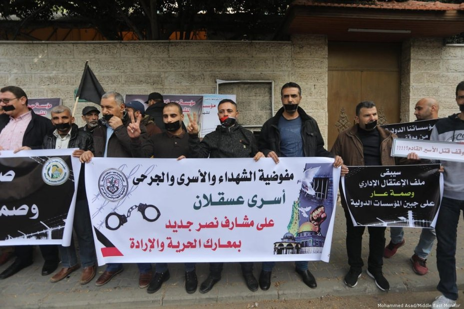 Palestinians hold a silent protest in Gaza to highlight the international community's inaction in the face of the Israeli atrocities committed against prisoners on 4 December 2019 [Mohammed Asad/Middle East Monitor]
