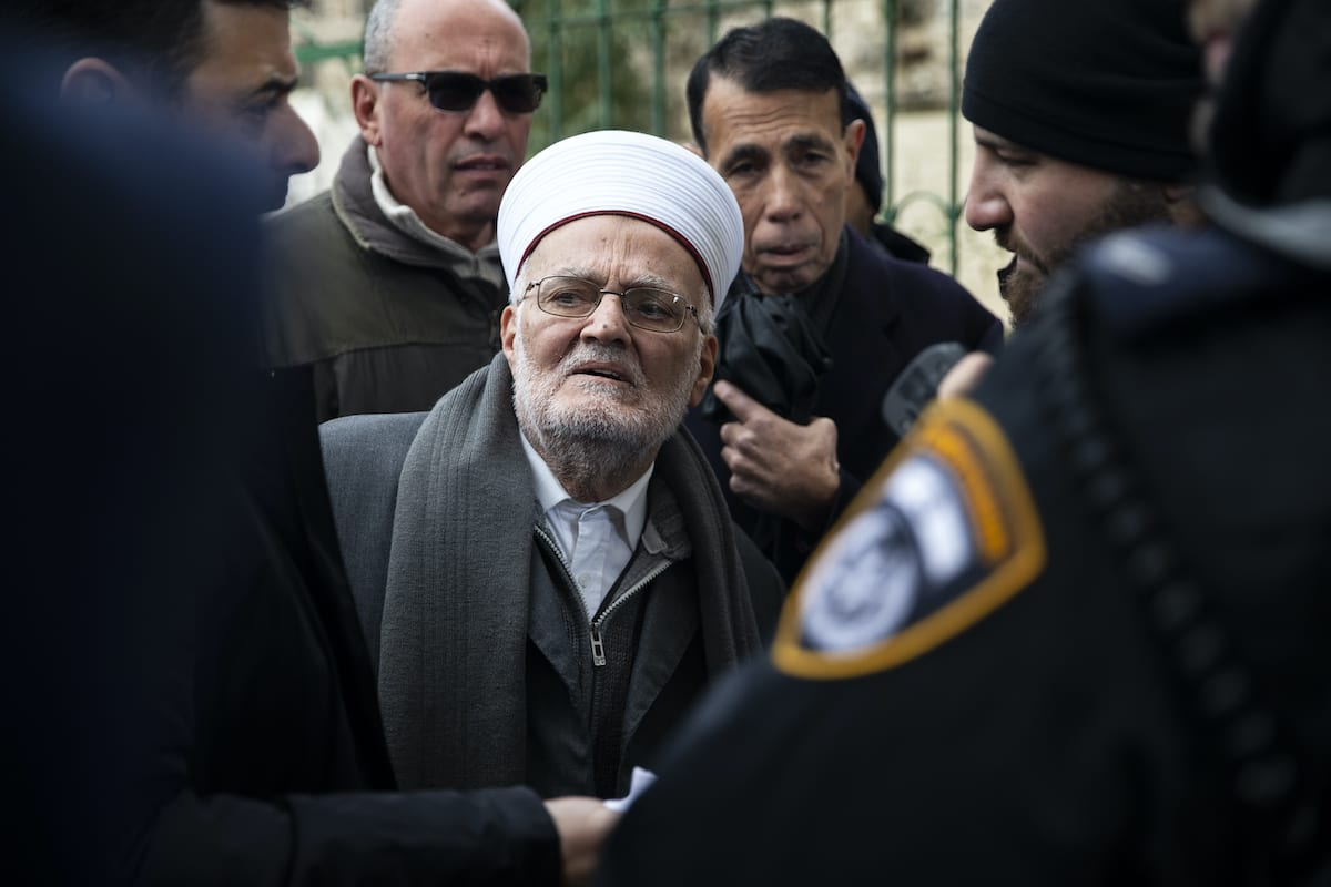 Sheikh Ekrima Sabri (C), the grand mufti of Jerusalem, manages to enter the flashpoint Al-Aqsa Mosque, despite an earlier Israeli ban, in Jerusalem on 24 January 2020. [Mostafa Alkharouf - Anadolu Agency]