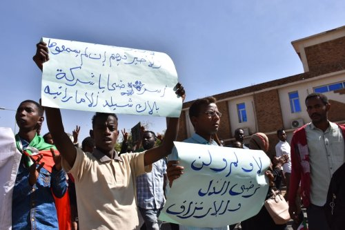 Sudanese demonstrators carry placards and chant slogans as they protest outside the Foreign Ministry in the capital Khartoum on 28 January 2020. [Mahmoud Hajaj - Anadolu Agency]