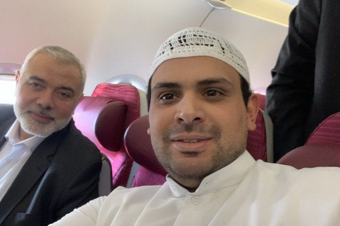 Kuwaiti journalist Mubarak Al-Mutairi commented on a meeting that he coincidentally met with the head of the political bureau of Hamas, Ismail Haniyeh, on a plane bound for the capital of the Sultanate of Oman, Muscat
