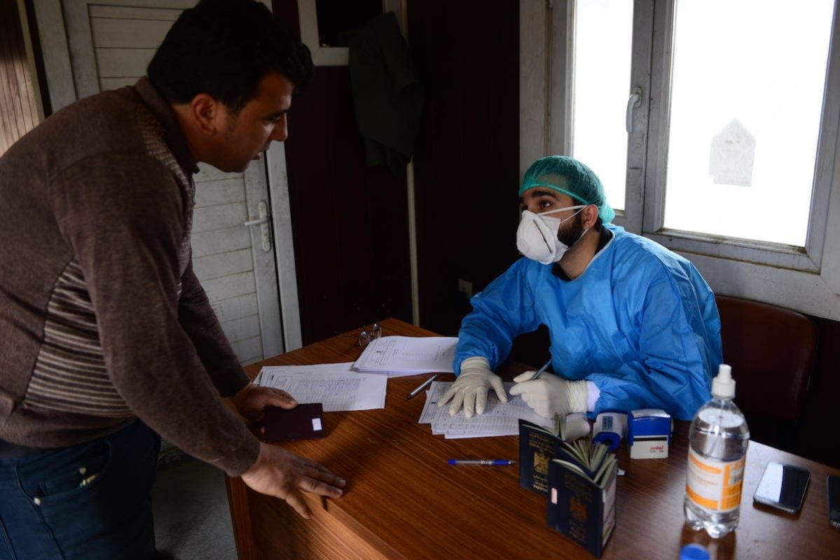 Iraqis take medical precautions at the Bashmaq border crossing with Iran to prevent the spread of coronavirus, officially known as COVID-19, in Sulaymaniyah, Iraq on 23 February 2020. [Fariq Faraj Mahmood - Anadolu Agency]