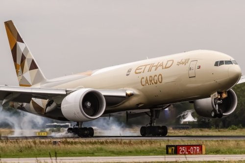 A Boeing 777-FFX Cargo plane operated by the UAE's Etihad Airways seen in Frankfurt, Germany on September 8, 2017 [Oliver Holzbauer / Flickr / Wikimedia]