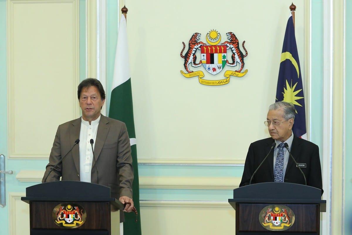 Pakistani Prime Minister Imran Khan (L) with Malaysian Prime Minister Tun Dr. Mahathir Mohamad in Putrajaya, Malaysia on 4 February 2020 [Farid Bin Tajuddin/Anadolu Agency]