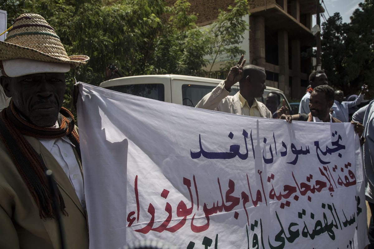 A group of people gather near Prime Ministry building to protest against Hidase Dam negotiations with Ethiopia, on 25 February 2020 in Khartoum, Sudan. [Mahmoud Hjaj - Anadolu Agency]