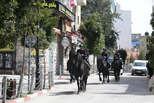 Police officers tend to the streets after a curfew was announced by authorities as a measure against coronavirus (COVID-19), in Ramallah, West Bank on 23 March 2020 [Issam Rimawi/Anadolu Agency]