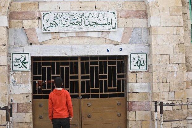 Gaza mosques close over coronavirus, on 27 March 2020 [Mohammed Asad/Middle East Monitor]