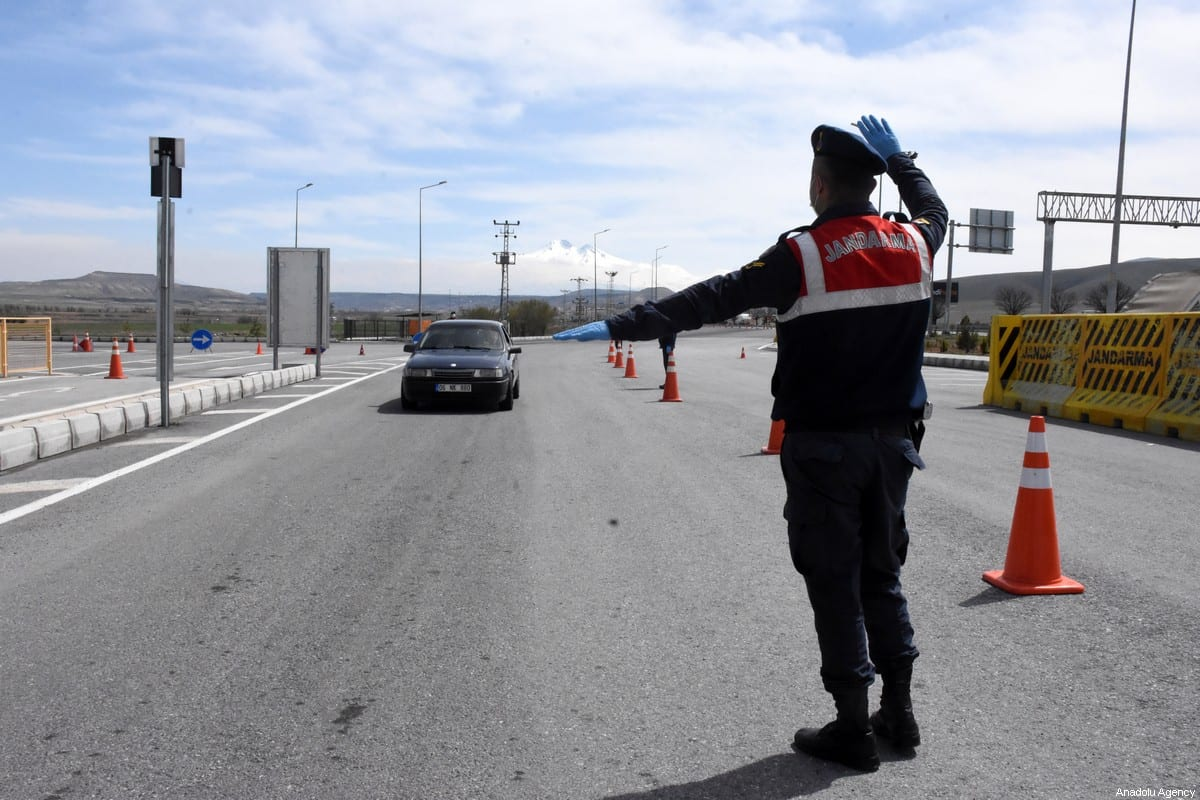 A photo shows gendarmerie teams implementing measures by setting up checkpoints at entrance and exit of Turkey's Kayseri province on 4 April 2020. [Müzahim Zahid Tüzün - Anadolu Agency]