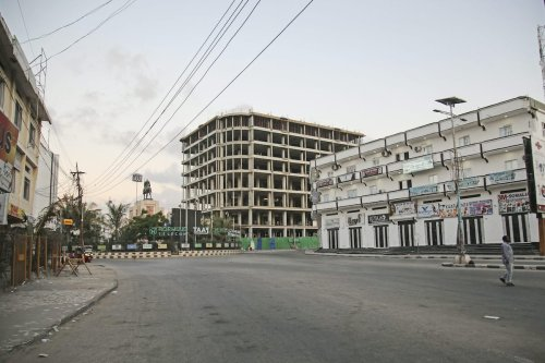 A street is seen nearly empty due to the measures against the spreading of coronavirus (COVID-19), on April 06, 2020 in Mogadishu, Somalia [Sadak Mohamed / Anadolu Agency]