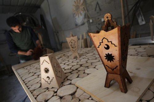 Muhammed Ahmed Harfi makes wooden Ramadan lanterns in Gaza, on 23 April 2020 [Mohammed Asad/Middle East Monitor]