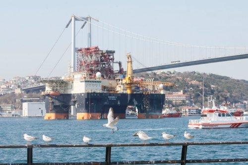Oil exploration platform passes through in Istanbul, Turkey on 13 April 2020 [Erhan Elaldı/Anadolu Agency]