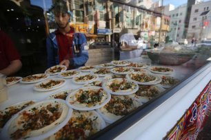 Palestinians prepare Hummus for iftar, in Gaza, on 14 May 2020 [Mohammed Asad/Middle East Monitor]