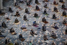 A drone photo shows muslims performing prayer after mass prayers in mosques resumes in Istanbul, Turkey on 29 May 2020 [Şebnem Coşkun/Anadolu Agency]
